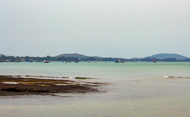 Vista do mar e do barco de pesca na noite, tailândia.