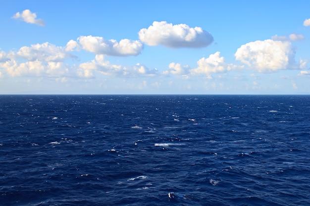 Vista do mar e nuvens no céu