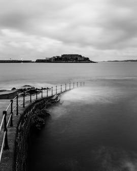 Vista do mar em frente ao castle cornet em st peter port, guernsey