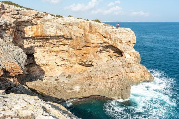 Vista do mar, falésia no mar mediterrâneo, grandeza da natureza,