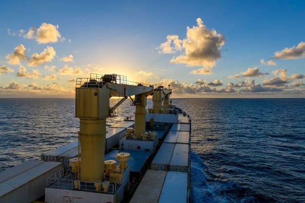 Vista do mar mar azul pôr do sol no mar vista do clima calmo do navio de carga trabalho no mar Foto Premium