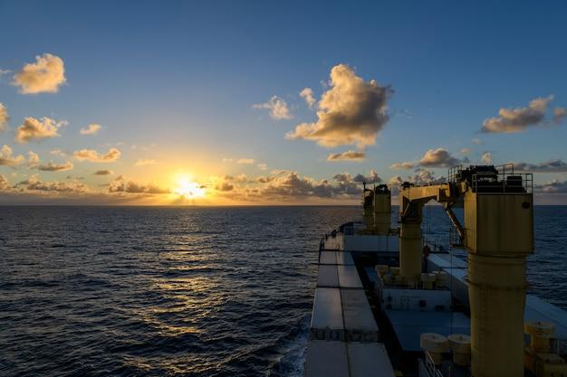 Vista do mar mar azul pôr do sol no mar vista do clima calmo do navio de carga trabalho no mar