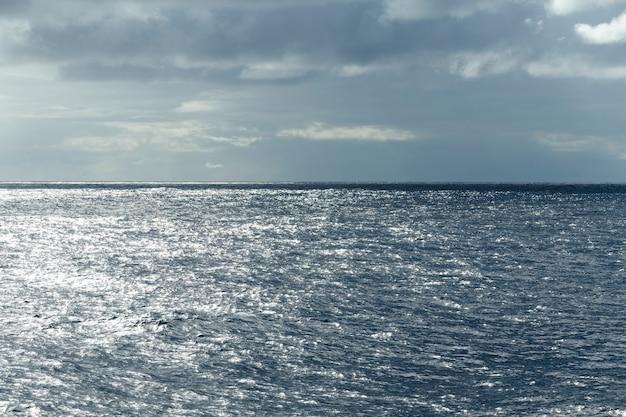 Vista do mar, mar azul. tempo calmo. vista do navio.