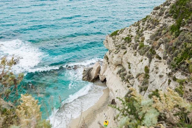 Vista do mar mediterrâneo, mar azul, rochas na costa, dia de verão. praia da calábria, perto de tropea