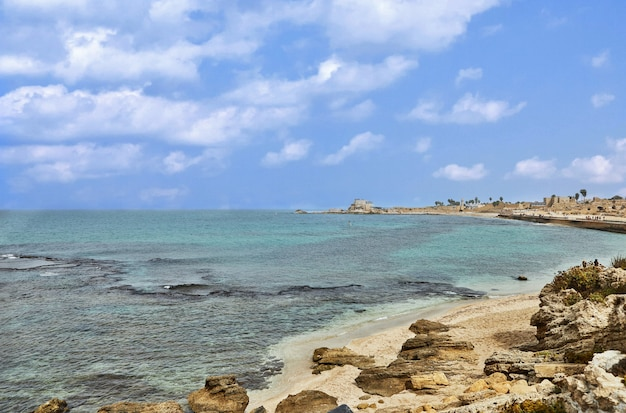 Vista do mar mediterrâneo no parque nacional à beira-mar de cesaréia.