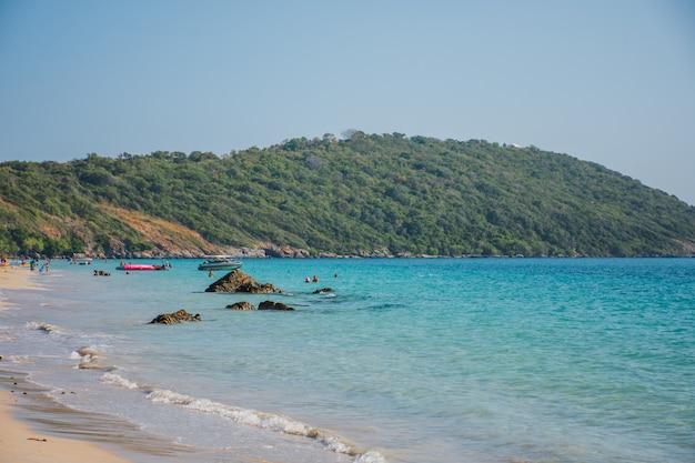 Vista do mar na praia de nang ram, província de rayong, tailândia