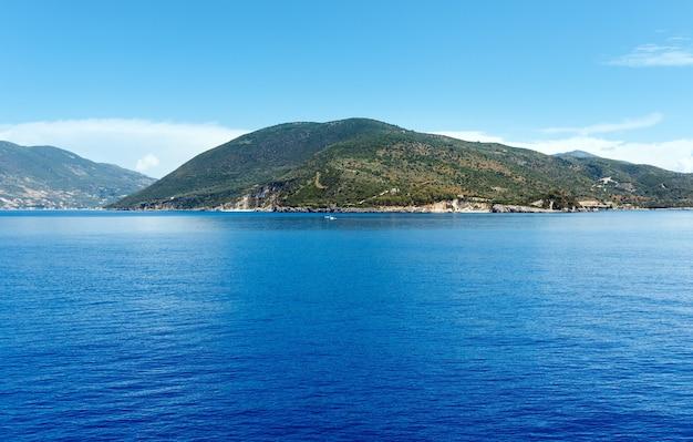 Vista do mar no verão da balsa de trem a caminho de kefalonia para lefkada (grécia)