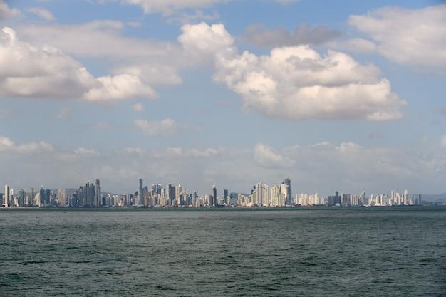 Vista do mar para a cidade do panamá durante o dia panorama da cidade edifícios modernos
