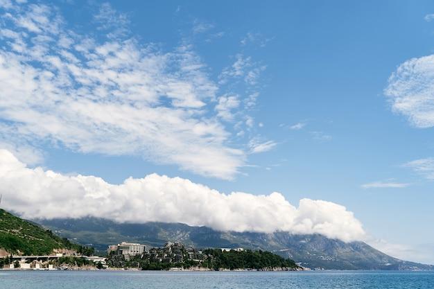 Vista do mar para o hotel dukley em budva montenegro