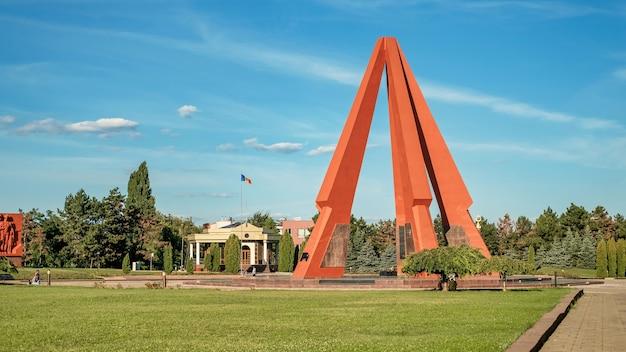 Vista do memorial complex eternity em chisinau, moldávia. monumento com fogo eterno, parque com vegetação