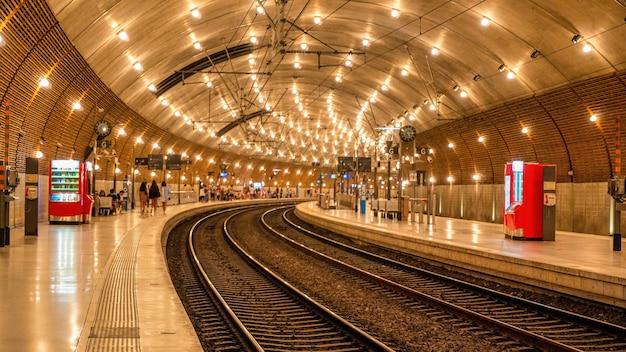 Vista do metrô subterrâneo em mônaco