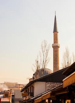 Vista do minarete bascarsijska dzamija, sarajevo