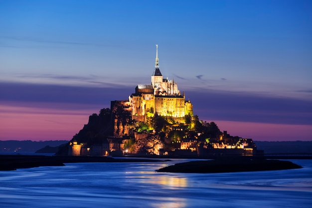 Vista do mont-saint-michel à noite, frança.