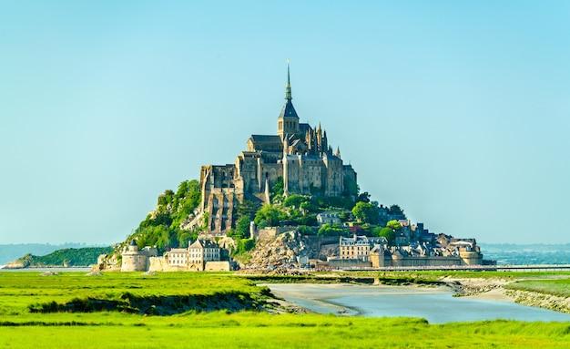 Vista do mont-saint-michel, uma famosa ilha abadia da normandia, frança