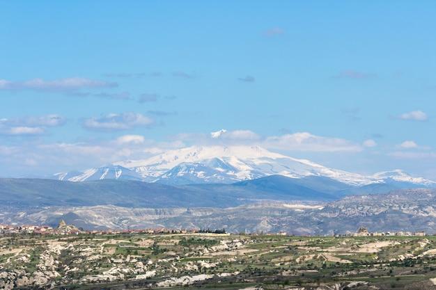 Vista do monte erciyes do castelo de uchisar na região da capadócia