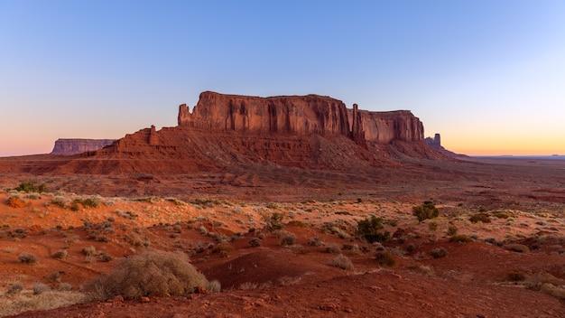 Vista do monument valley durante o belo nascer do sol na fronteira entre o arizona e utah, eua
