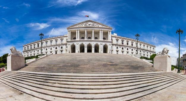 Vista do monumental parlamento português (sao bento palace), localizado em lisboa, portugal.