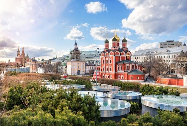 Vista do mosteiro znamensky e um parque em moscou