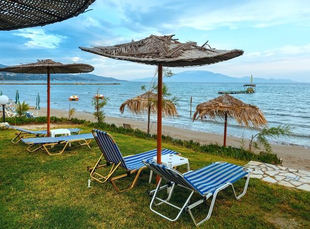Vista do nascer do sol da praia. litoral de verão na grécia, zakynthos, alykes, mar jônico.