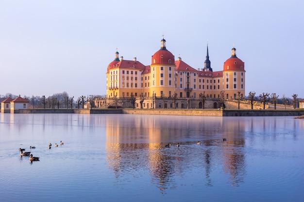 Vista do nascer do sol no inverno no castelo moritzburg