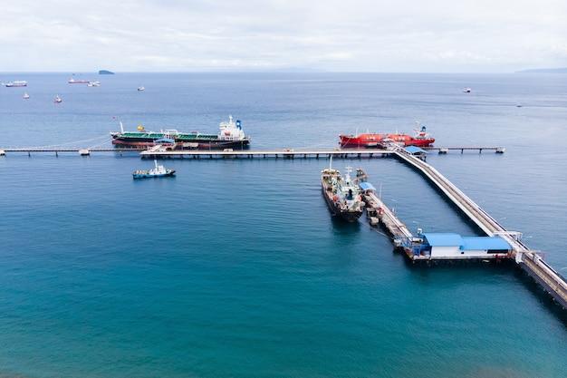 Vista do navio petroleiro no porto
