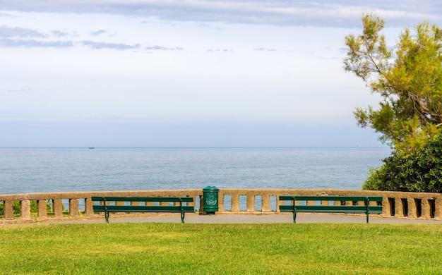 Vista do oceano atlântico de um parque em biarritz, frança