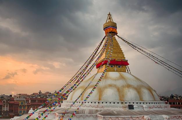 Vista do pagode boudhanath em kathmandu no pôr do sol em kathmandu, nepal.