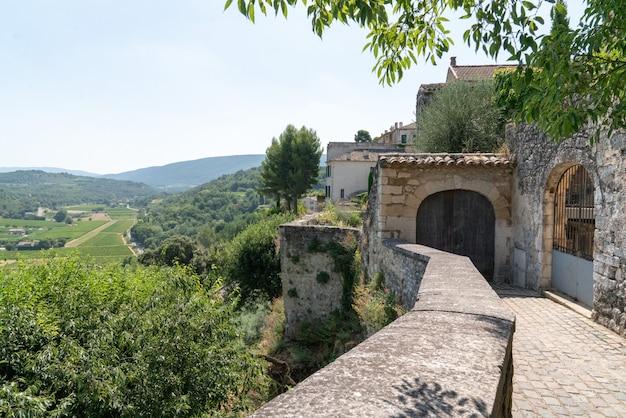 Vista do país da aldeia colina de menerbes em provence luberon france