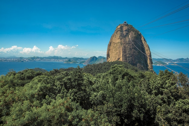 Vista do pão de açúcar e da mata atlântica, com o mar, rio de janeiro, brasil