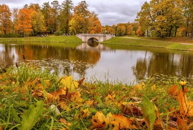 Vista do parque do palácio em um dia de outono gatchina são petersburgo rússia