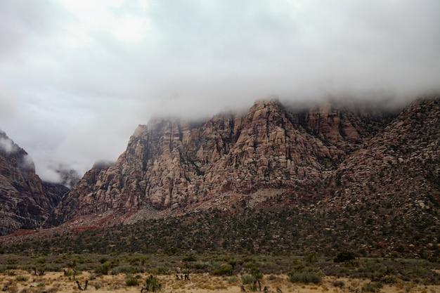 Vista do parque nacional da garganta vermelha da rocha da montanha no dia nevoento em nevada, eua.