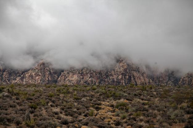 Vista do parque nacional da garganta vermelha da rocha no dia nevoento em nevada, eua.