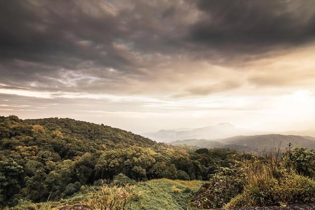 Vista do parque nacional de doi inthanon em chiang mai. a montanha a mais alta superior de tailândia, paisagem chiang mai.