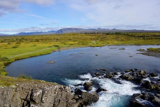 Vista do parque nacional thingvellir, islândia, durante um dia ensolarado.