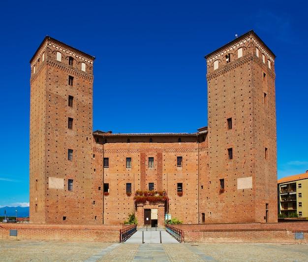 Vista do pátio dos princípios do castelo de acaja em fossano. Foto Premium