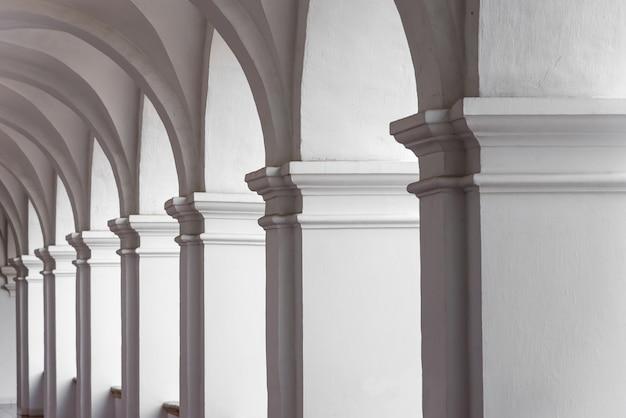 Vista do pátio vazio com arcos brancos. arquitetura mínima Foto Premium