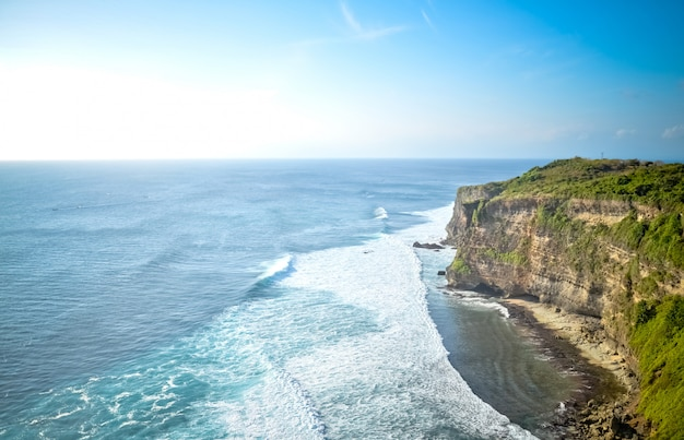 Vista do penhasco e do mar em bali