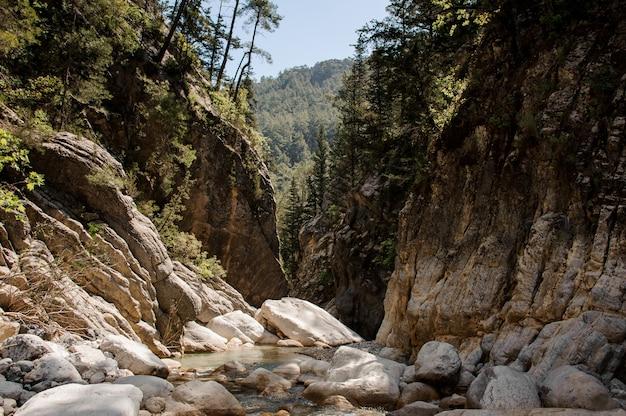 Vista do pequeno rio no desfiladeiro de goynuk