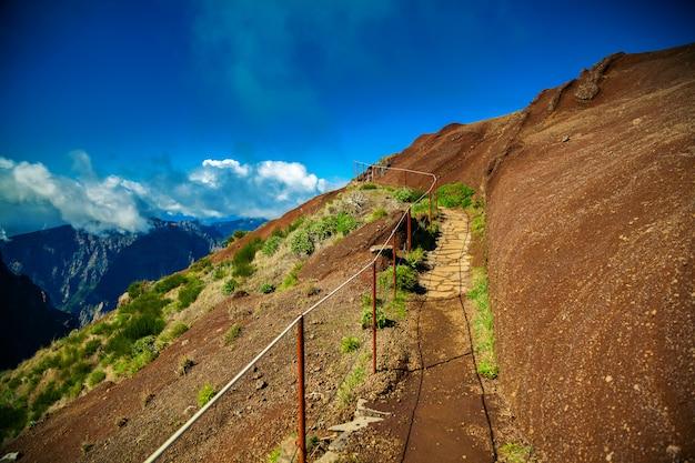 Vista do percurso pedestre do pico do arieiro na madeira