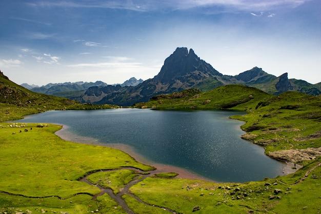 Vista do pic du midi d'ossau com lago nos pirinéus franceses