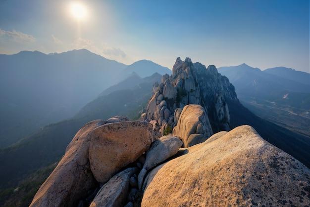 Vista do pico da rocha ulsanbawi no pôr do sol. parque nacional de seoraksan, coréia do sul