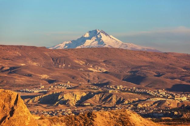 Vista do pico do monte erciyes coberto de neve da capadócia, goreme, turquia
