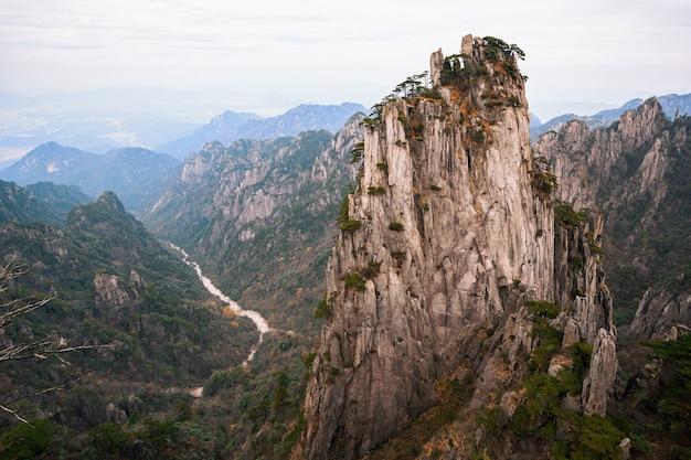 Vista do pico shixin (beginning-to-believe) na montanha huangshan
