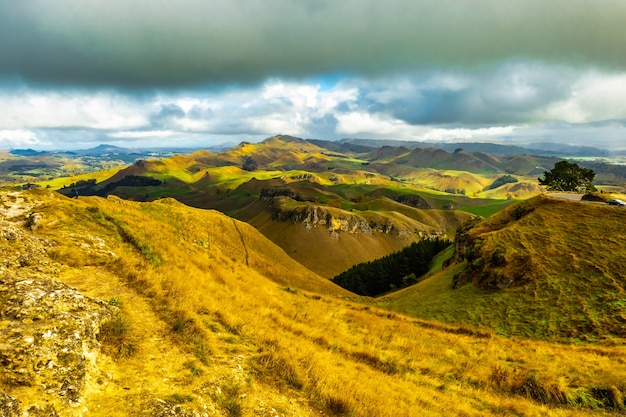 Vista do pico te mata para colinas ondulantes e vales de campos agrícolas rurais em hawkes bay