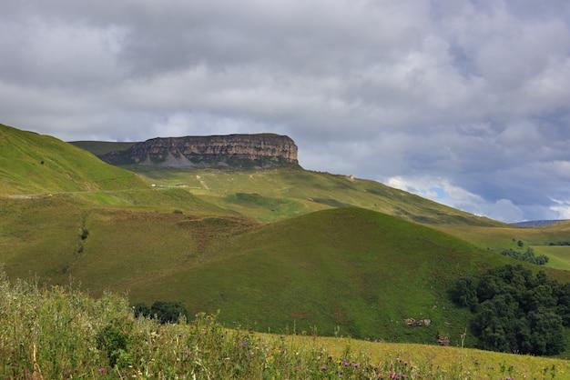 Vista do planalto da montanha nas nuvens no verão no norte do cáucaso, na rússia.