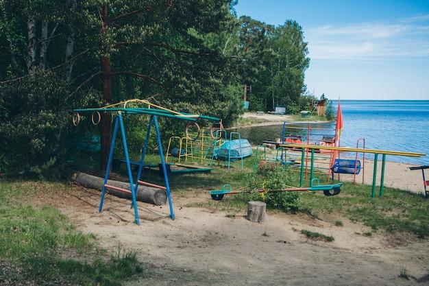 Vista do playground à beira do lago. área de lazer perto da água