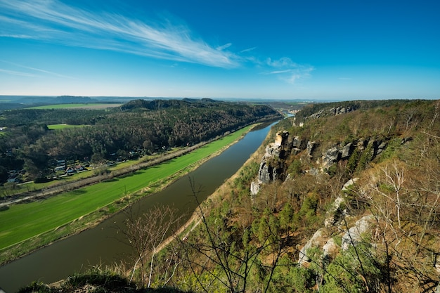 Vista do ponto de vista bastei do rio elba - bela paisagem das montanhas de arenito no parque nacional da suíça saxônica, alemanha.