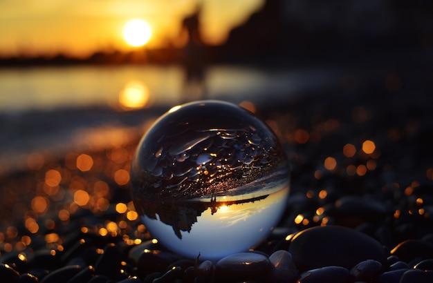 Vista do pôr do sol através dos olhos da esfera de lente