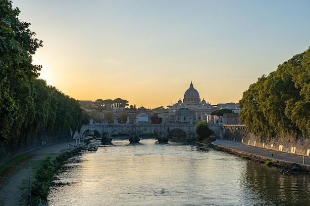 Vista do pôr do sol da cidade do vaticano em roma, itália.