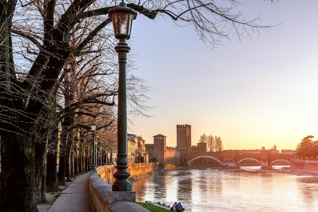 Vista do pôr do sol do antigo castelo castelvecchio de verona e da ponte sobre o rio adige